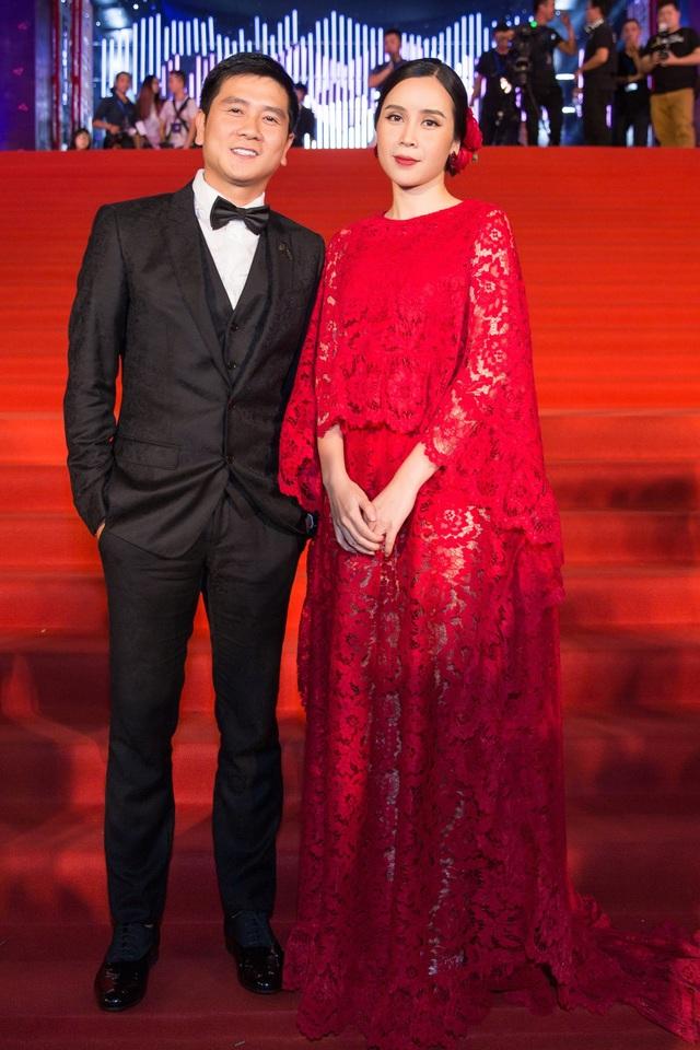 Xuất hiện trên thảm đỏ, đôi vợ chồng Lưu Hương Giang - Hồ Hoài Anh tình tứ tay trong tay trong sự ngưỡng mộ từ khán giả và nhiều khách mời có mặt. Đây được xem là một trong những đôi vợ chồng hạnh phúc của showbiz Việt và có nhiều hoạt động âm nhạc nghiêm túc.