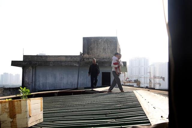Người dân phải đi trên mái nhà để sang tòa nhà bên cạnh, từ đó xuống mặt đất