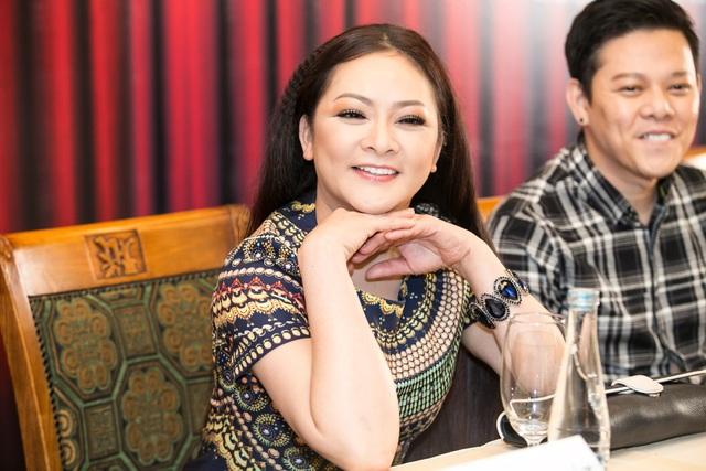 Ca sĩ Như Quỳnh và em trai trong buổi gặp gỡ báo chí Hà Nội.