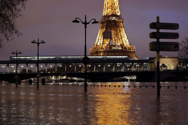 Nước sông Seine liên tục dâng cao trong những gần đây sau những trận mưa lớn gây ra hiện tượng ngập lụt nghiêm trọng ở thủ đô Paris. Con sông nổi tiếng của Pháp bắt đầu có hiện tượng vỡ bờ, theo Sputnik.