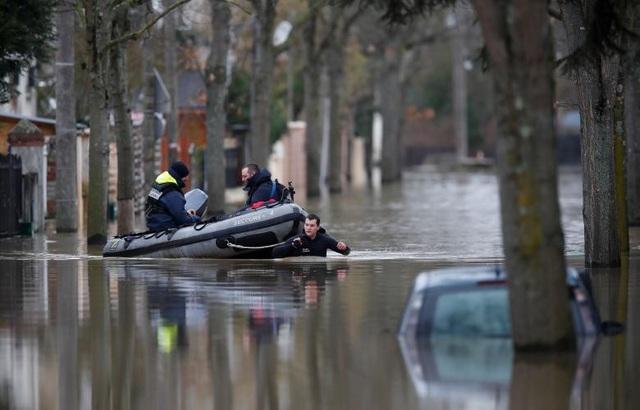 Giới chức Pháp ngày 24/1 cảnh báo nếu mưa tiếp tục trút xuống, mực nước sông Seine có thể cao hơn mức 6,1m từng được ghi nhận năm 2016 và trở thành mức cao kỷ lục trong nhiều năm qua.