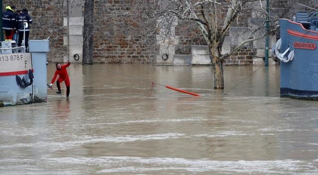 """Mức cảnh báo ngập lụt tại Paris đang ở mức """"cam"""", cao thứ hai sau mức cảnh báo cao nhất là """"đỏ"""". Chính quyền thành phố Paris đã ban hành lệnh dừng vận hành một số tuyến tàu công cộng do nước sông dâng cao."""