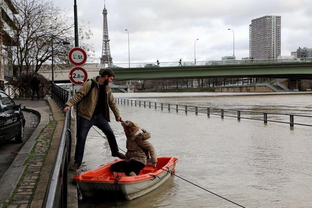 Xuồng trở thành phương tiện di chuyển qua khu vực sông Seine của người dân Paris trong những ngày nước chưa kịp rút. Lực lượng cảnh sát và cứu hộ Pháp cũng giúp đỡ người dân trong quá trình di chuyển.