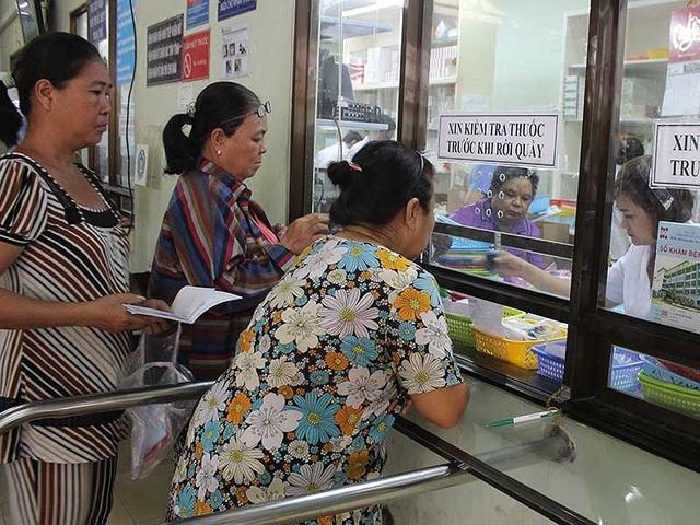 Bệnh nhân nhận thuốc bảo hiểm y tế tại BV Nguyễn Tri Phương. Ảnh: H.LAN