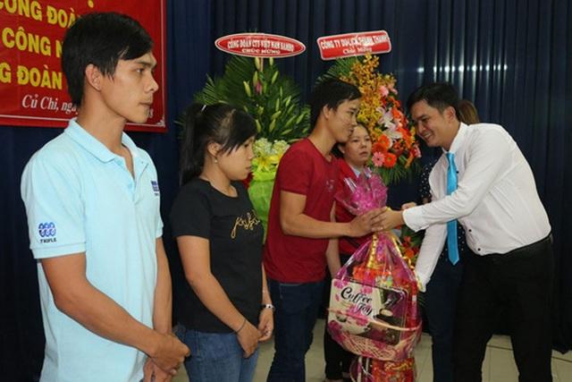 Công đoàn Công ty TNHH May mặc Triple Việt Nam (huyện Củ Chi, TPHCM) tặng các suất quà tết cho công nhân lao động có hoàn cảnh khó khăn, tháng 1.2018. Ảnh: N.L.D