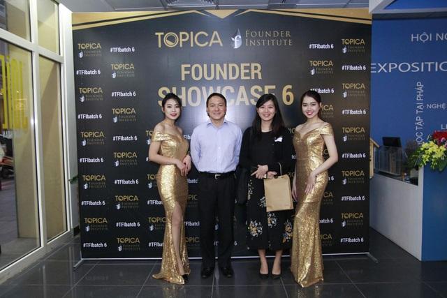 Ảnh các nhà đầu tư tham dự chương trình tốt nghiệp TFI (giữa bên trái: Jame Tan - Quest Ventures, giữa bên phải: Khor Quianyi - Quest Ventures).
