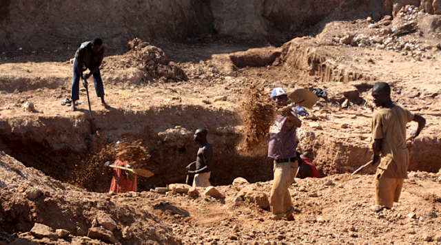 Các thợ mỏ khai thác thủ công kim cương ở mỏ Marange thuộc miền đông Zimbabwe. (Nguồn: Human Rights Watch)