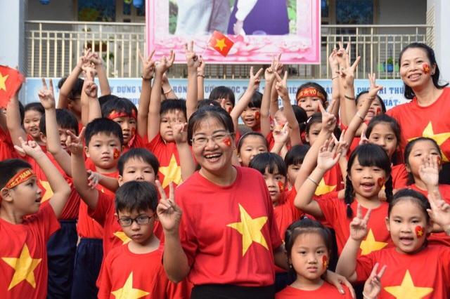 Hơn 1.000 học sinh xếp hình trái tim đỏ rực gửi đến U23 Việt Nam - 3