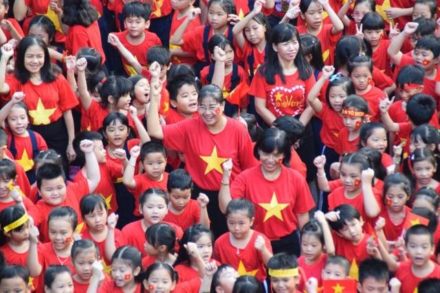Hơn 1.000 học sinh xếp hình trái tim đỏ rực gửi đến U23 Việt Nam - 2