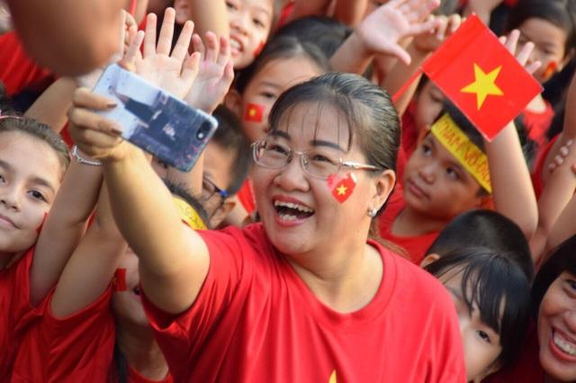 Thầy trò xếp hình trái tim, gửi gắm những yêu thương, động viên đến đội tuyển U23 Việt Nam