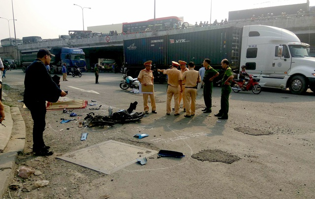 Thi thể nạn nhân xấu số bên phương tiện biến dạng