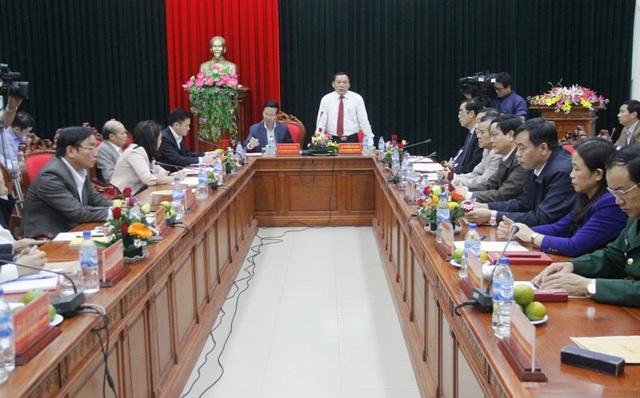 Ông Nguyễn Văn Hùng - Bí thư Tỉnh ủy Quảng Trị báo cáo khái quát về tình hình kinh tế, xã hội của tỉnh
