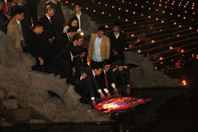 Các vị lãnh đạo thả hoa tại bến Thạch Hãn tri ân các liệt sĩ