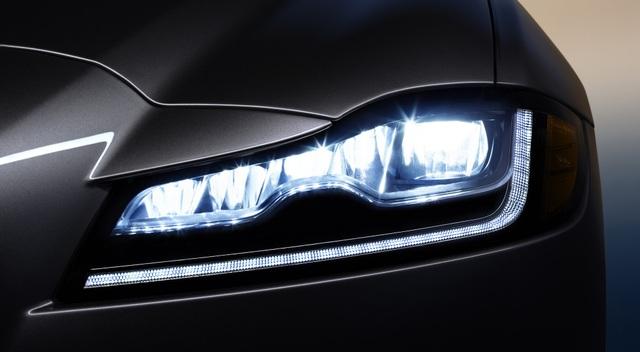 Đèn pha led với dải chữ j đặc trưng của Jaguar