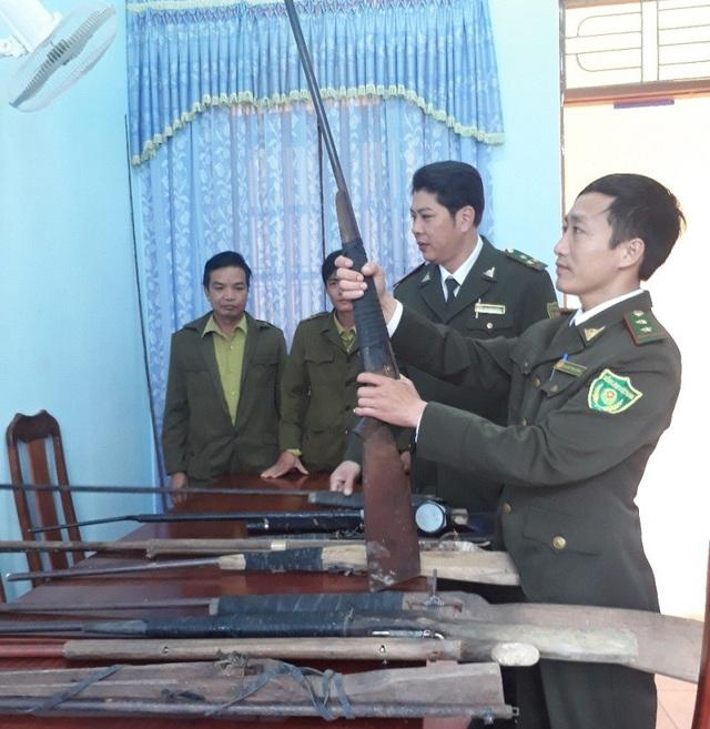 Những khẩu súng được lực lượng kiểm lâm vận động giao nộp