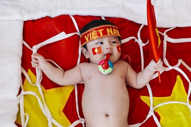 """""""Sau trận đấu giúp Việt Nam lọt vào chung kết, từ khi Bùi Tiến Dũng chụp được quả phạt đền, tôi đã suy nghĩ ý tưởng này để cho bé vừa làm thủ môn và cổ động viên"""" anh Nghị chia sẻ."""