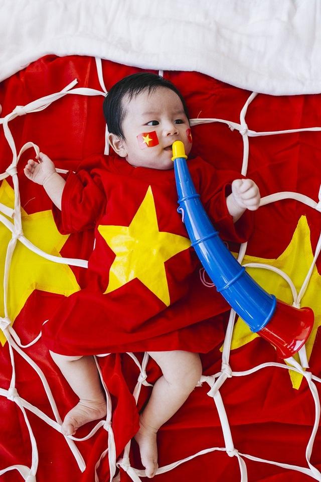 Tên đầy đủ của cậu bé Tom là Dương Nguyễn, bé có tên rất đặc biệt khi được kết hợp giữa họ Dương của bố và họ Nguyễn của mẹ.