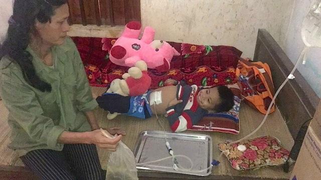 Chị Lưu bên đứa con 8 tuổi của mình bị bệnh thận giai đoạn cuối.
