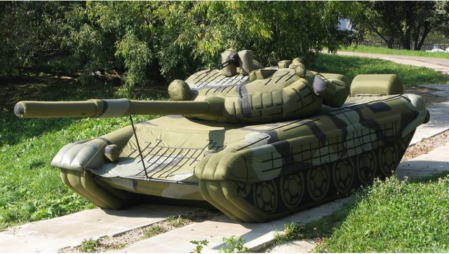 Tại Nga, nhiều binh sĩ có thể dành toàn bộ sự nghiệp nhà binh của mình chỉ để hoàn thành một nhiệm vụ là bơm phồng các mô hình xe tăng hoặc máy bay bằng cao su với mục đích ngụy trang. Được triển khai lần đầu tiên trong Chiến tranh thế giới thứ hai, các vũ khí hình nộm này đã chứng minh được vai trò thiết thực của chúng trong các cuộc xung đột gần đây. (Ảnh: Sputnik)