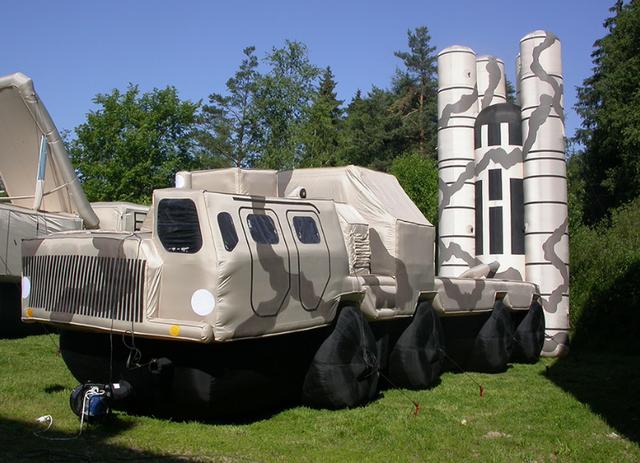 """Các thiết bị nhiệt đặc biệt đã được lắp đặt bên trong các khí tài mô phỏng này và hoạt động như một phương tiện tác chiến đặc biệt, do vậy các vệ tinh, máy bay không người lái và thậm chí cả hệ thống trinh sát hiện đại cũng phải rất """"vất vả"""" để có thể phân biệt đó là phương tiện thật hay giả. (Ảnh: Sputnik)"""