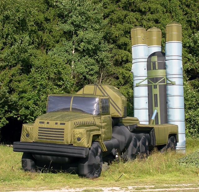 Trong 4 tháng xung đột Kosovo, các máy bay của NATO đã ném bom và chỉ phá hủy 20 xe tăng, 18 phương tiện chiến đấu bộ binh và chưa đầy 24 hệ thống pháo tự hành của Serbia. Tuy nhiên, NATO sau đó đưa ra con số thống kê cao hơn thế, tuyên bố đã phá hủy hàng trăm phương tiện bọc thép hạng nặng và hạng nhẹ. Thực chất đó chỉ là những mô hình ngụy trang bằng cao su. (Ảnh: TASS)