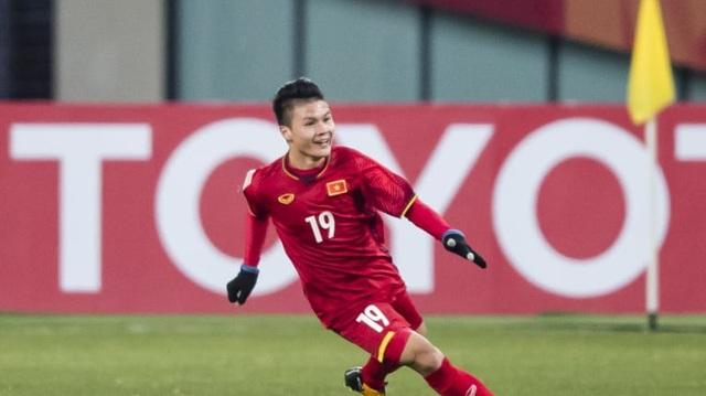 Tính tới đầu giải, người ta đã chứng kiến 10 bàn thắng từ ngoài vòng cấm. Trong đó, riêng Quang Hải đã có… 3 bàn. Thậm chí, hai siêu phẩm (ở trận gặp Hàn Quốc và Qatar) của Quang Hải còn có cơ hội trở thành Bàn thắng đẹp nhất giải đấu.