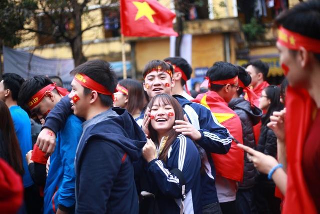 """Sinh viên Kinh tế Quốc dân sẵn sàng """"ướt"""" cùng đội tuyển U23 - 6"""
