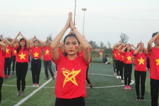 Hà Tĩnh: Gần 1.000 sinh viên rực sắc đỏ nhảy tiếp lửa cho U23 Việt Nam - 3