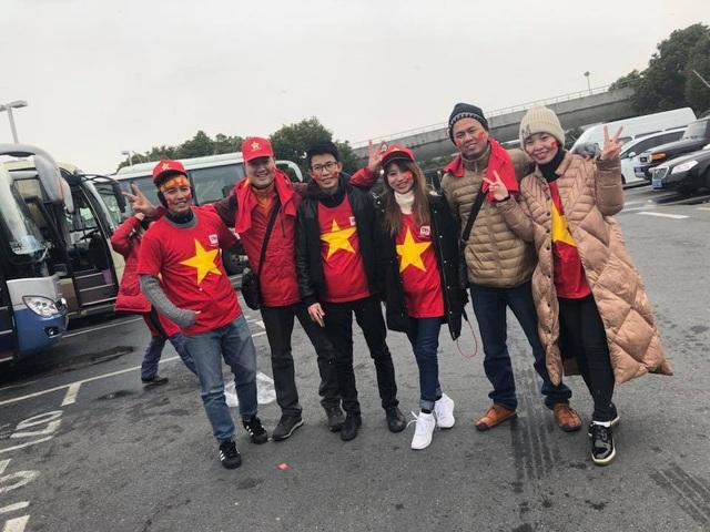 Các cổ động viên Việt Nam chụp ảnh lưu niệm sau khi xuống sân bay ở Thượng Hải, nguồn: Nguyễn Văn Giang