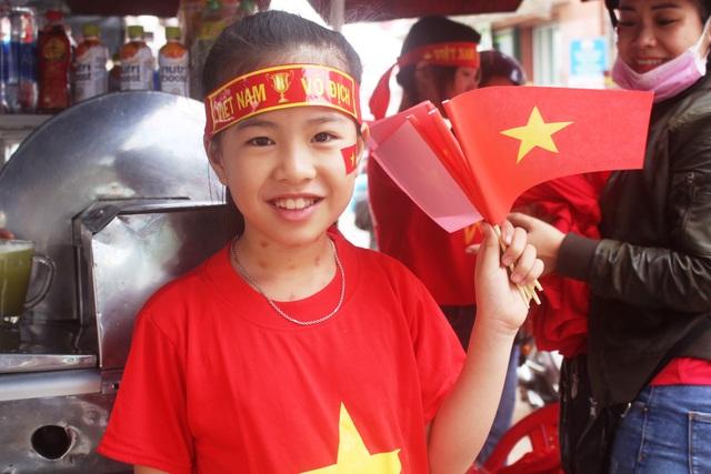 Một em nhỏ ở Gia Lai đỏ rực sắc cờ. (Ảnh: Phạm Hoàng)