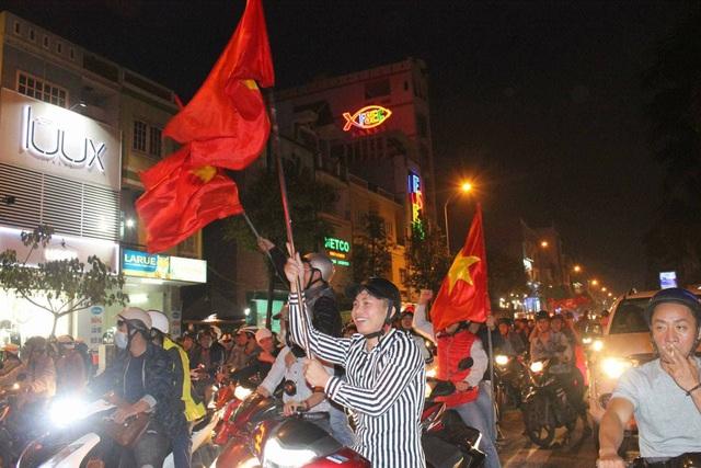 Dù U23 không chiến thắng nhưng người dân Đà Nẵng vẫn hô vang: Việt Nam vô địch (ảnh Chí Lê)