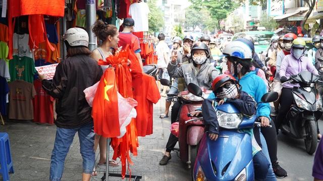 Trên đường Cao Thắng, phường 11, quận 10, TPHCM, mặt hàng áo phông cờ đỏ sao vàng bán rất chạy. 150.000 đồng/áo, chủ hàng bán luôn tay. (Ảnh: Phạm Nguyễn)