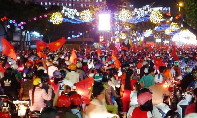 Đại lộ Hòa Bình - TP Cần Thơ đến gần 21h đêm vẫn đông nghịt người.