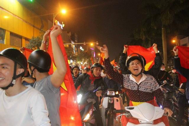 Hàng triệu người đổ về sau trận đấu, nhiều tuyến đường tắc cứng - 10