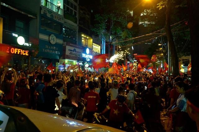Hàng triệu người đổ về sau trận đấu, nhiều tuyến đường tắc cứng - 5