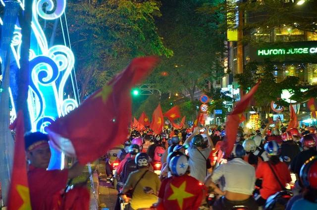 Hàng triệu người đổ về sau trận đấu, nhiều tuyến đường tắc cứng - 6