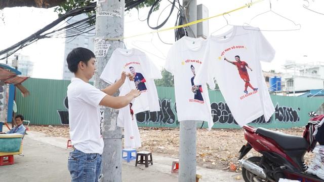 Mặt hàng áo trắng in hình các cầu thủ cũng khá đắt hàng.