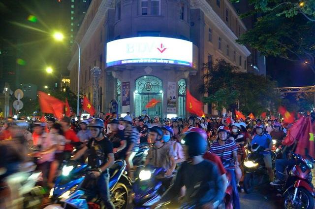 Cổ động viên Sài Gòn đổ ra đường reo hò sau trận chung kết. Mặc dù đội tuyển U23 Việt Nam chỉ về nhì nhưng với người hâm mộ, các cầu thủ của chúng ta đã có một trận đấu xuất sắc. (Ảnh Đình Thảo)