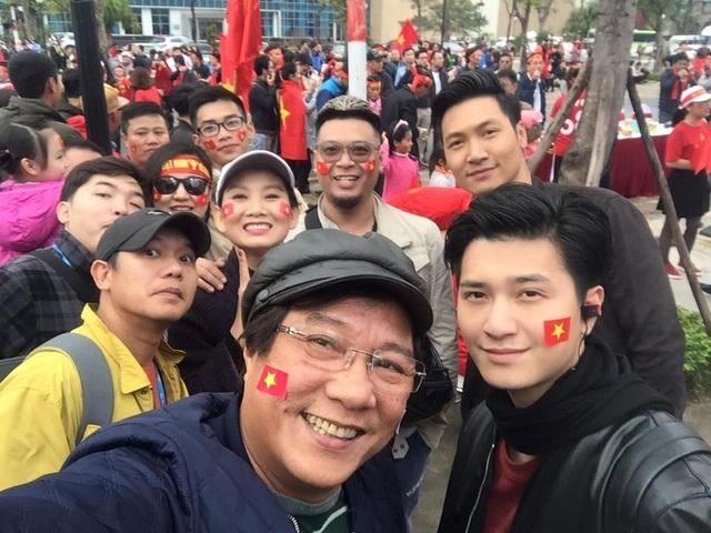 Dàn diễn viên Cả một đời ân oán xem bóng tại sân Đài Truyền hình Việt Nam.
