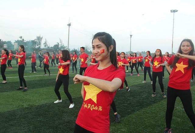 Hà Tĩnh: Gần 1.000 sinh viên rực sắc đỏ nhảy tiếp lửa cho U23 Việt Nam - 2