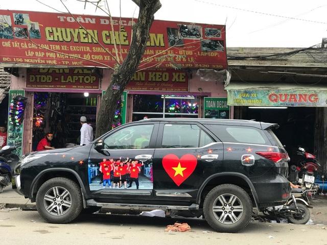 Một xe hơi hoàn tất khâu dán đề-can với tinh thần yêu nước, yêu đội tuyển bóng đá (Ảnh: Đại Dương)