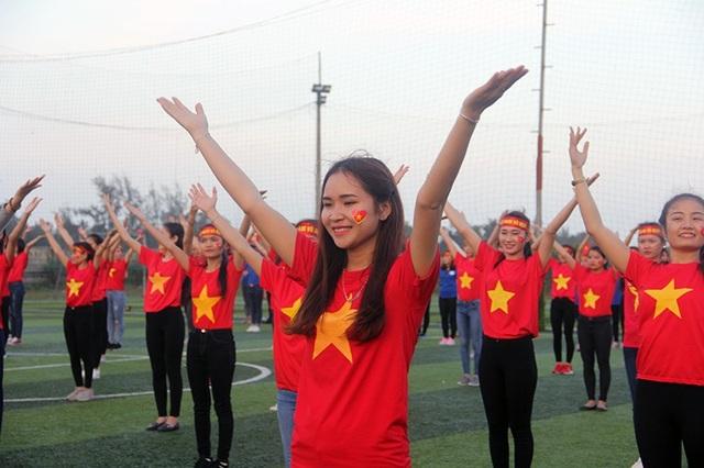Hà Tĩnh: Gần 1.000 sinh viên rực sắc đỏ nhảy tiếp lửa cho U23 Việt Nam - 4
