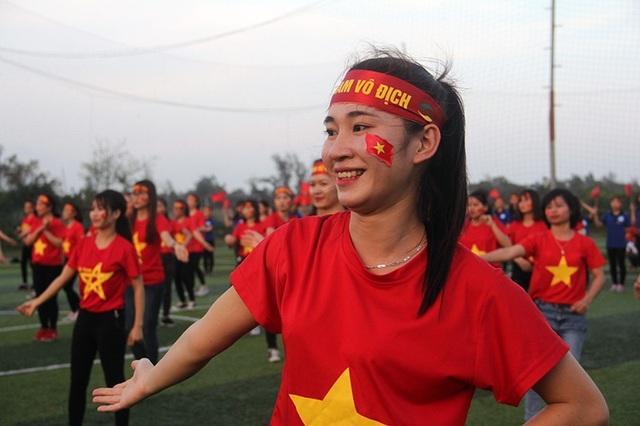 Hà Tĩnh: Gần 1.000 sinh viên rực sắc đỏ nhảy tiếp lửa cho U23 Việt Nam - 1