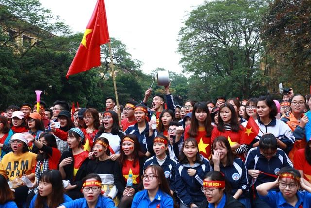 """Sinh viên Kinh tế Quốc dân sẵn sàng """"ướt"""" cùng đội tuyển U23 - 3"""