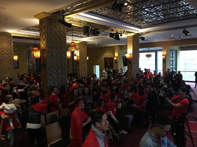 Hội trường đầy sức nóng với hơn 500 người.
