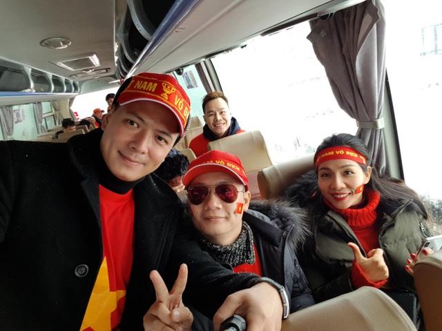 Đoàn đã lên xe buýt di chuyển đến sân vận động Thường Châu để theo dõi trận cầu của tuyển Việt Nam.