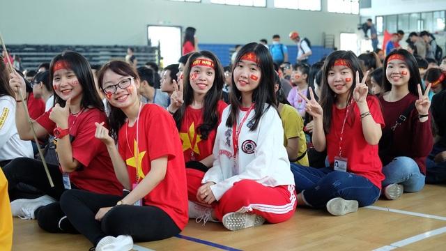 Các nữ sinh của trường ĐH Tôn Đức Thắng cũng sẵn sàng cổ vũ hết mình cho đội bóng nước nhà