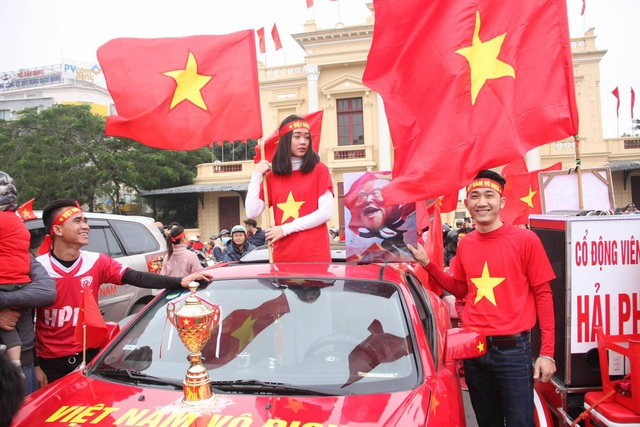 Việt Nam rực sắc đỏ trước trận chung kết U23 châu Á - 10