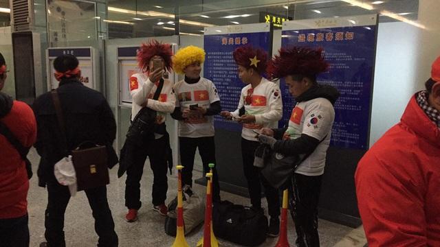 Cổ động viên Việt Nam tại Trung Quốc lo lắng trước khả năng trận đấu bị hoãn