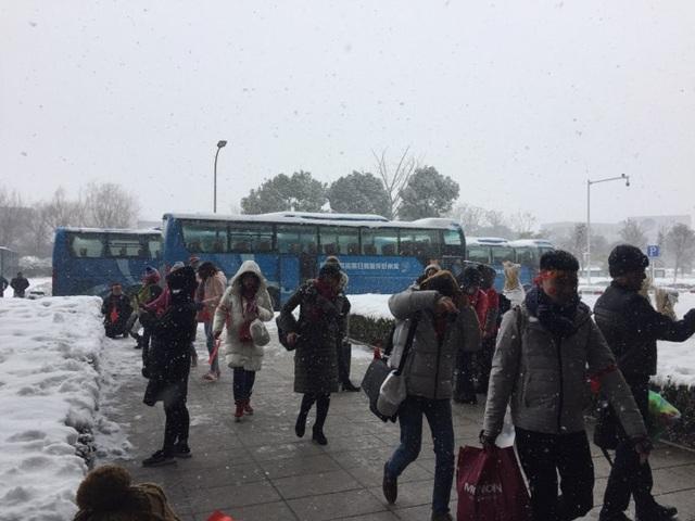 Dù mưa tuyết, nhưng người hâm mộ Việt Nam đã đến sân từ khá sớm